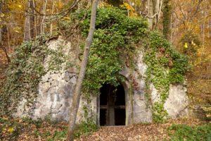 Das Tor zur Unterwelt: Gruft und Friedhof der Burg Dalbenden (Kall)