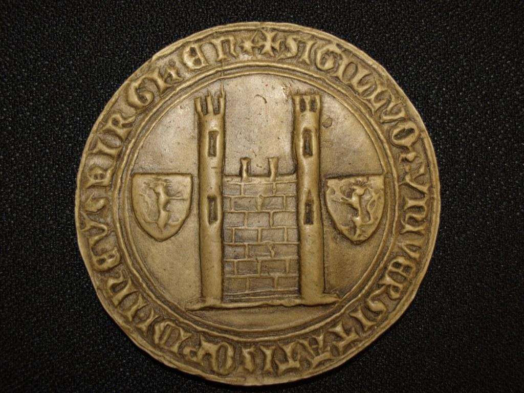 Ein Bild, das Objekt, Münze, Stück, sitzend enthält