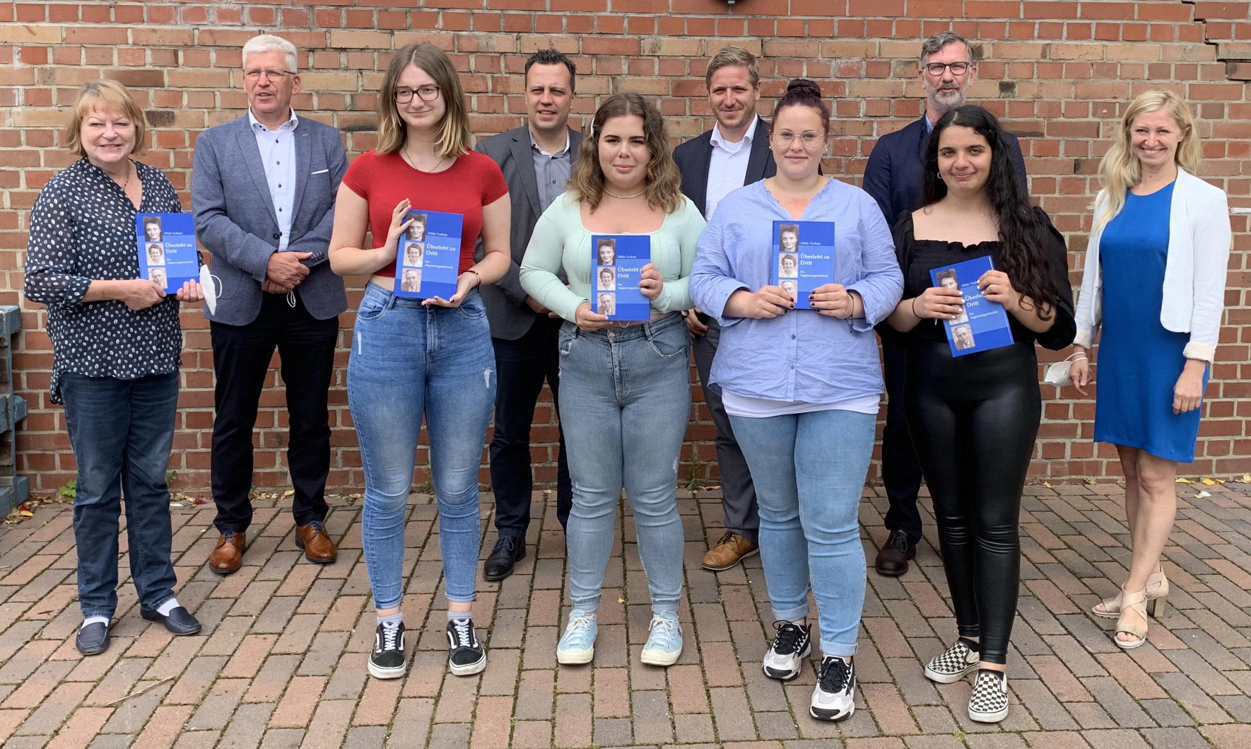 In der Gesamtschule Euskirchen stellte der Geschichtsverein des Kreises Euskirchen das neue Buch zur Holocaust-Überlebenden Hilde Nathan vor. Mit dabei waren auch vier Schülerinnen des Projektkurses.